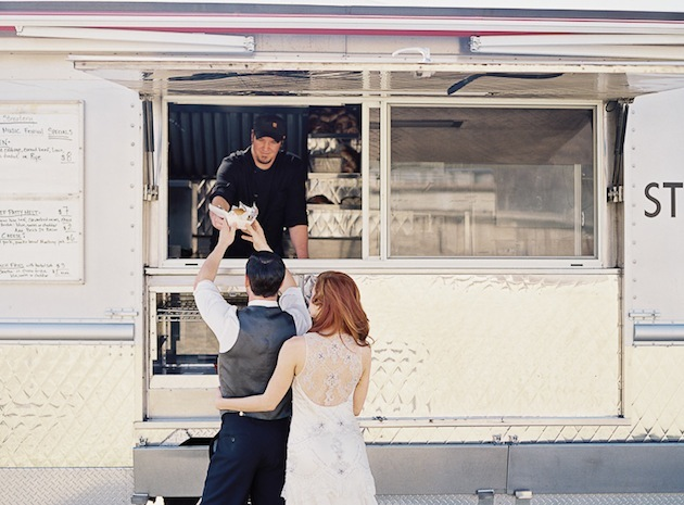 Foodtruck na ślubie. Fot. Bridal Musings